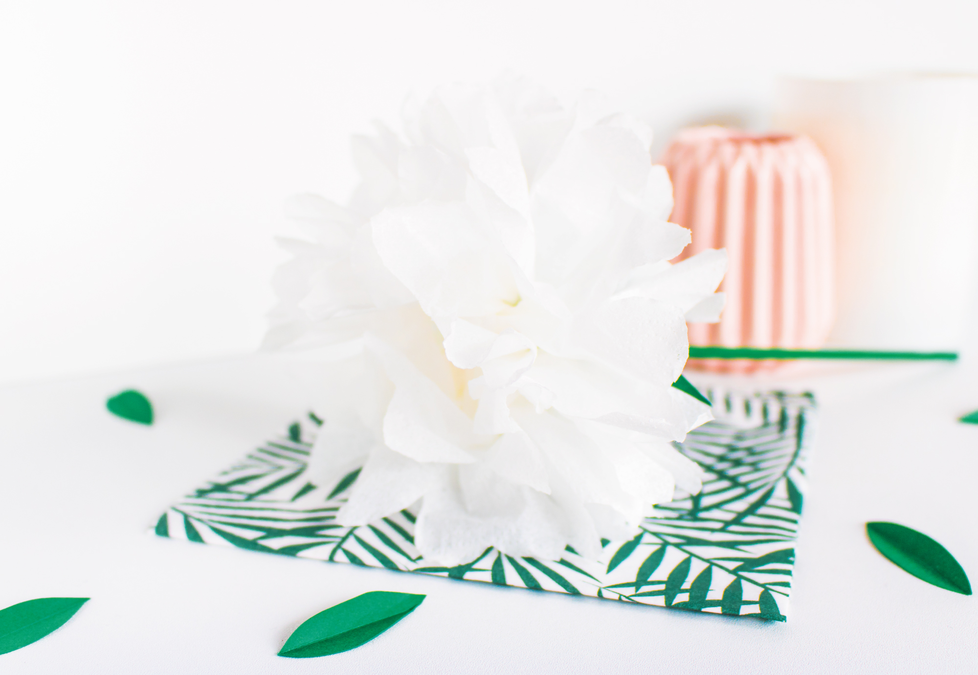 diy fleur parfum e en papier de soie the helloday. Black Bedroom Furniture Sets. Home Design Ideas